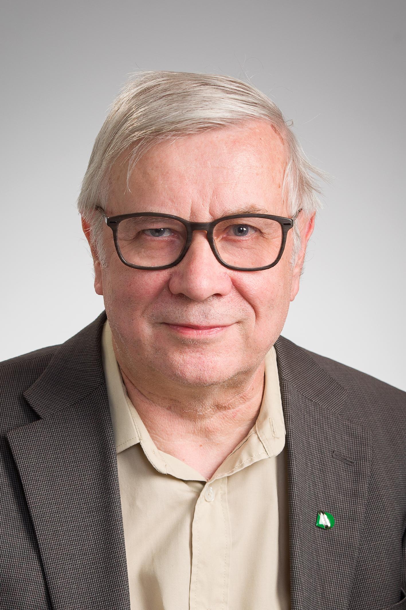 Kuvassa Elinkeinovaliokunnan puheenjohtaja  Pentti Tuovinen